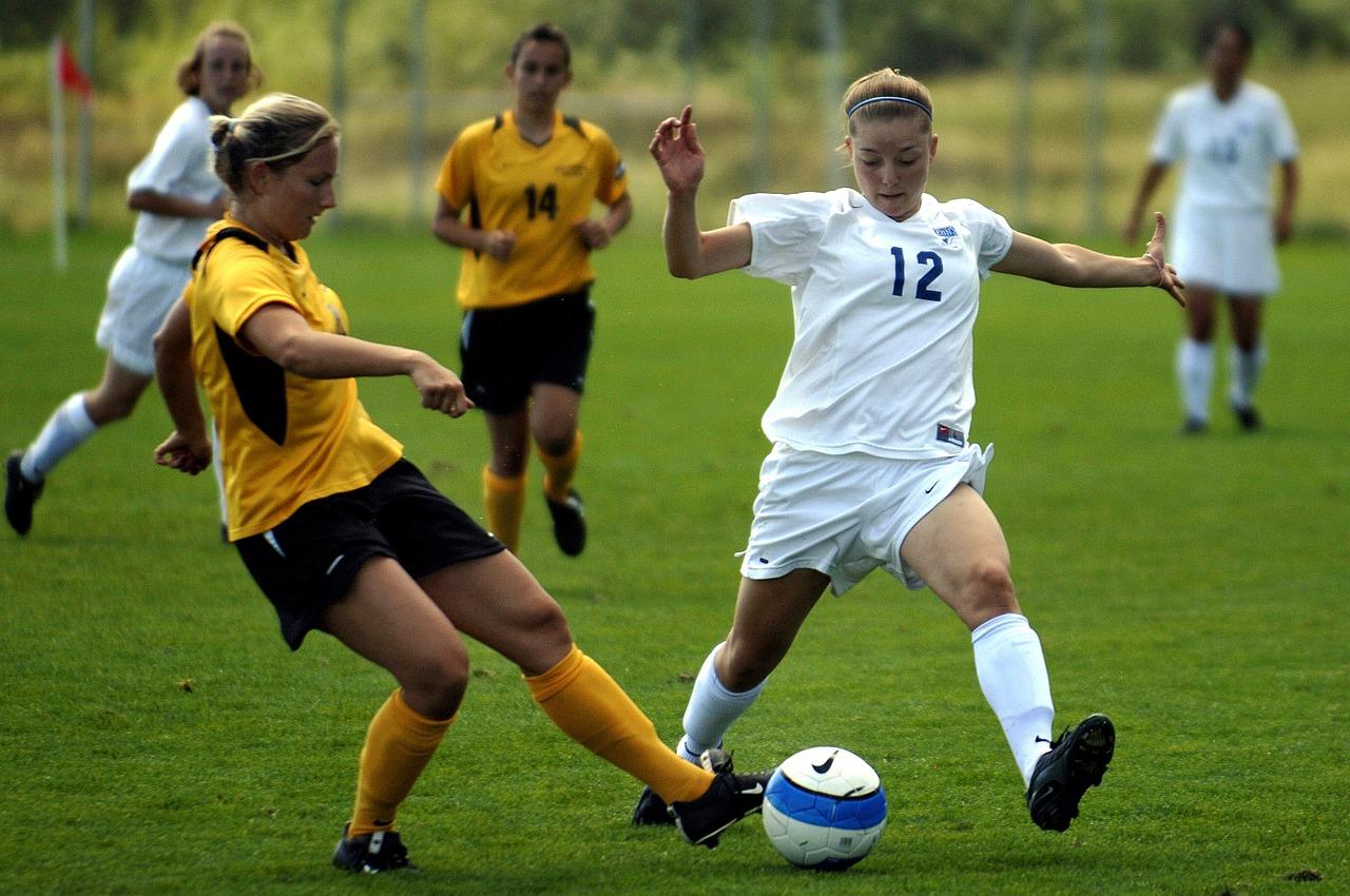 Chicas jugando un partido de fútbol