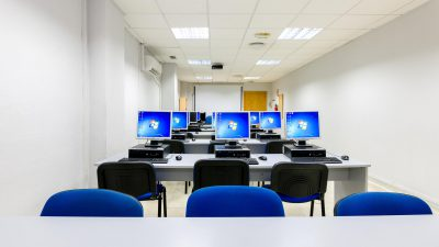 Aulas climatizadas, con ordenadores y proyector